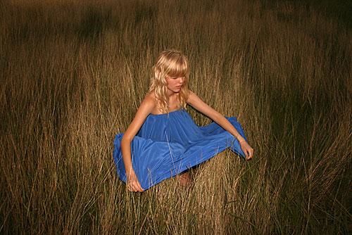 blue-dress_grass