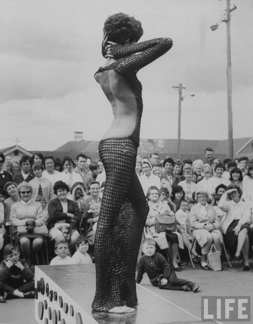 donyale-luna_sydney_1967_crocheted-dress2